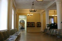 vänta för flygplatskorridor royaltyfria foton