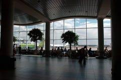 vänta för flygplatskorridor Royaltyfri Fotografi