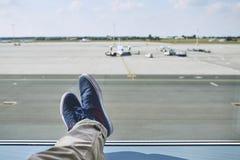 vänta för flygplatsman arkivfoto
