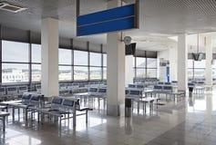 vänta för korridor för flygplats tomt royaltyfri foto