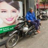 Vänta för Lokal motorickshaw av cliens Royaltyfria Foton