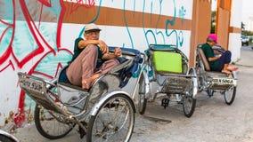 Vänta för Lokal rickshaw av cliens Arkivbild