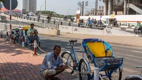 Vänta för Lokal rickshaws av cliens Royaltyfria Foton