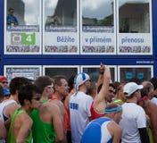 vänta för maratonprague start Fotografering för Bildbyråer