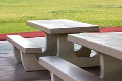 vänta för tabeller för parkpicknick klart s royaltyfri bild