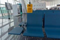 Vänta i en flygplatsterminal arkivbild