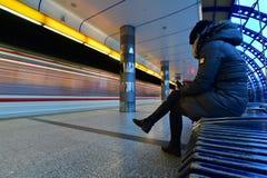 vänta Kvinnan i gångtunnelstationen Royaltyfri Bild