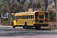 vänta på bussskolan Arkivbild