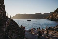 Vänta på för folk att turnera fartyget i Vernazza, Cinque Terre, Italien arkivfoton