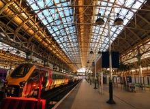 Vänta som stiger ombord ett snabbt oskulddrev mellan London och Manchester på den Waterloo stationen royaltyfri fotografi