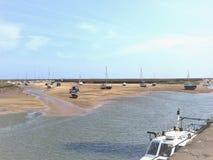 Vänta tidvattnet, väller fram därefter havet, Norfolk, UK fotografering för bildbyråer