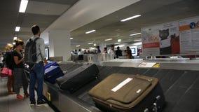 Väntan för tysk- och utlänninghandelsresandefolk mottar bagage på den Frankfurt flygplatsen stock video