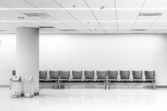 Väntande bänk, rad av väntanzonen i flygplatsterminal arkivfoton
