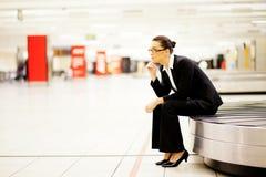 Väntande bagage för affärskvinna Arkivfoto