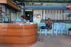 Väntande buss för Burmese folk Royaltyfria Foton
