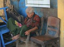 Väntande buss för Burmese folk Royaltyfri Foto
