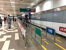 Väntande buss för många personer på porten arkivbild