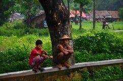 Väntande drev för Burmese folk på järnvägsstationen Arkivfoto