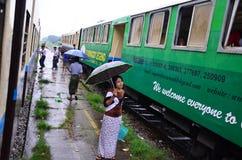 Väntande drev för Burmese folk på järnvägsstationen Arkivbild