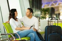 Väntande flyg för par Arkivfoton