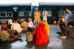 Väntande folk på den Jhansi järnvägsstationplattformen i Jhansi, Indien royaltyfria foton