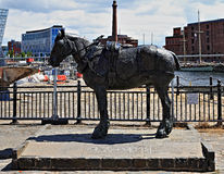 Väntande häststaty Arkivfoto