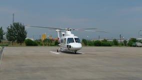 väntande helikopter som är klar att ta av Arkivbilder