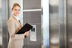 Väntande hiss för affärskvinna Arkivfoto