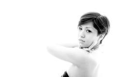 Väntande kvinna Orientering med den emotionella sinnliga modellen Royaltyfri Bild
