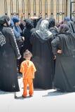 väntande kvinnor för muslimbön Arkivfoto