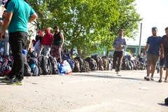 Väntande linje av flyktingar i Tovarnik Arkivbild