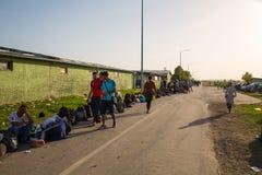 Väntande linje av flyktingar i Tovarnik Royaltyfria Foton