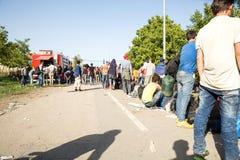 Väntande linje av flyktingar i Tovarnik Royaltyfri Bild