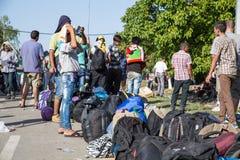 Väntande linje av flyktingar i Tovarnik Arkivbilder