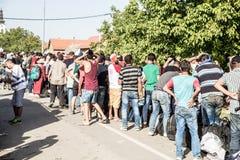 Väntande linje av flyktingar i Tovarnik Royaltyfri Foto