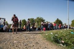 Väntande linje av flyktingar i Tovarnik Arkivfoto