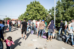 Väntande linje av flyktingar i Tovarnik Royaltyfria Bilder
