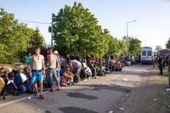 Väntande linje av flyktingar i Tovarnik Arkivfoton