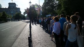 Väntande linje ourists för tysk parlamentbyggnad från över hela världen royaltyfri foto