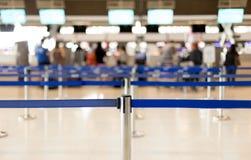 Väntande linjer i flygplatsen och säkerhetsstolpen för passagerare Arkivbild