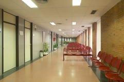 Väntande område för sjukhus med metalliska stolar. Arkivfoto