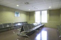 Väntande område för sjukhus med metalliska stolar. Royaltyfria Bilder