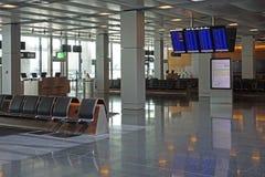 Väntande område för tom flygplatsavvikelsevardagsrum med flyginformat Royaltyfria Foton