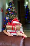 Väntande på överraskning för lycklig blond litet barnflicka från gåvagåva Arkivfoton