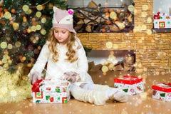 Väntande på överraskning för rolig blond litet barnflicka från gåvagåva Fotografering för Bildbyråer