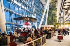 Väntande på ankomster för folk i Heathrow flygplatsterminal 5, London royaltyfri fotografi