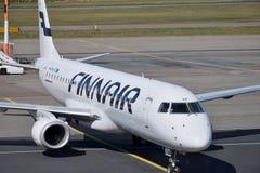 Väntande på avvikelse för Finnair flygplan i Helsingfors royaltyfri foto