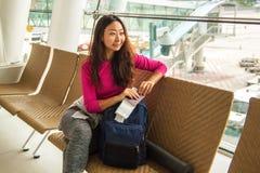 Väntande på avvikelse för ung lycklig flicka i internationell flygplats arkivfoton