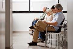 Väntande på doktor In Hospital Lobby för folk Royaltyfria Foton