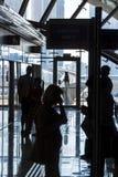 Väntande på drev för folk, Dubai arkivfoto